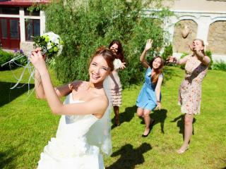 Свадебная традиция невеста бросает букет