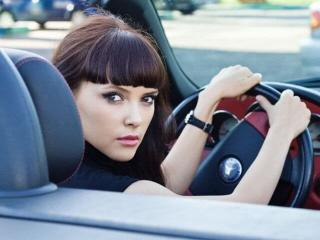 Женщина за рулем и ее поведение на дороге.